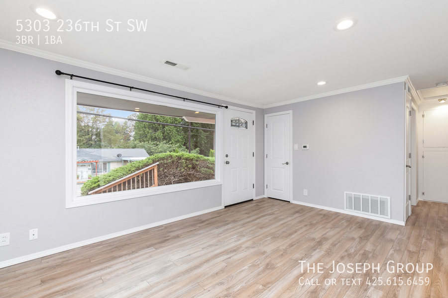 Beautifully updated 3bed/1ba in Mountlake Terrace! This sun-filled hom - Photo 4