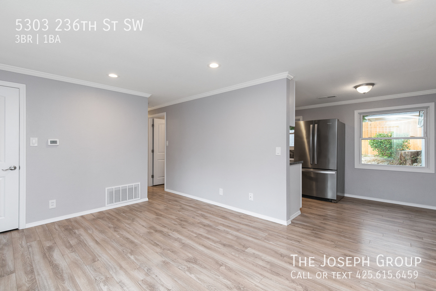 Beautifully updated 3bed/1ba in Mountlake Terrace! This sun-filled hom - Photo 5
