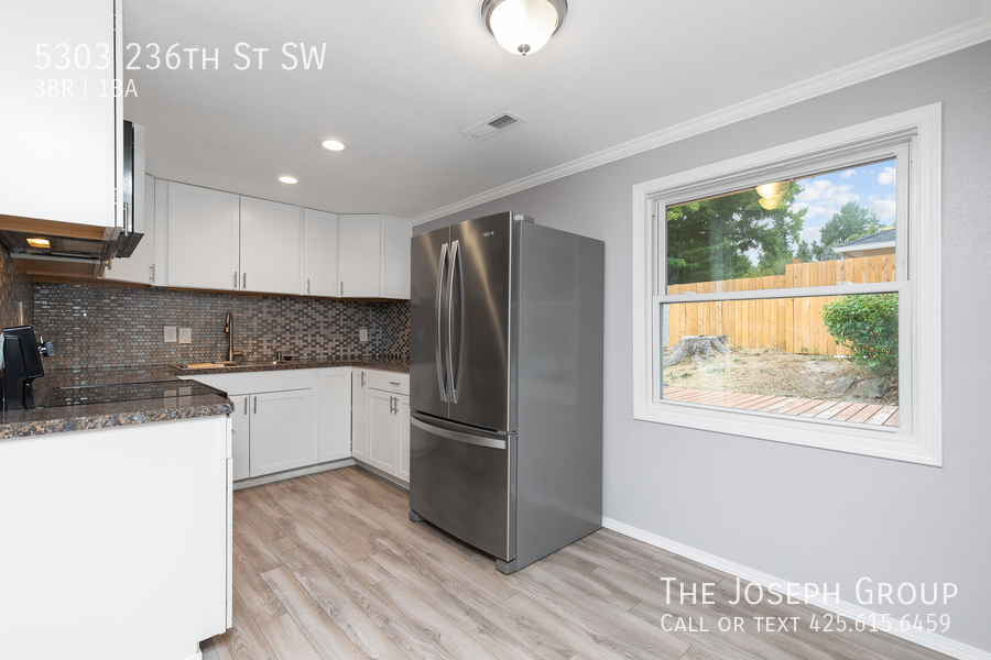 Beautifully updated 3bed/1ba in Mountlake Terrace! This sun-filled hom - Photo 6