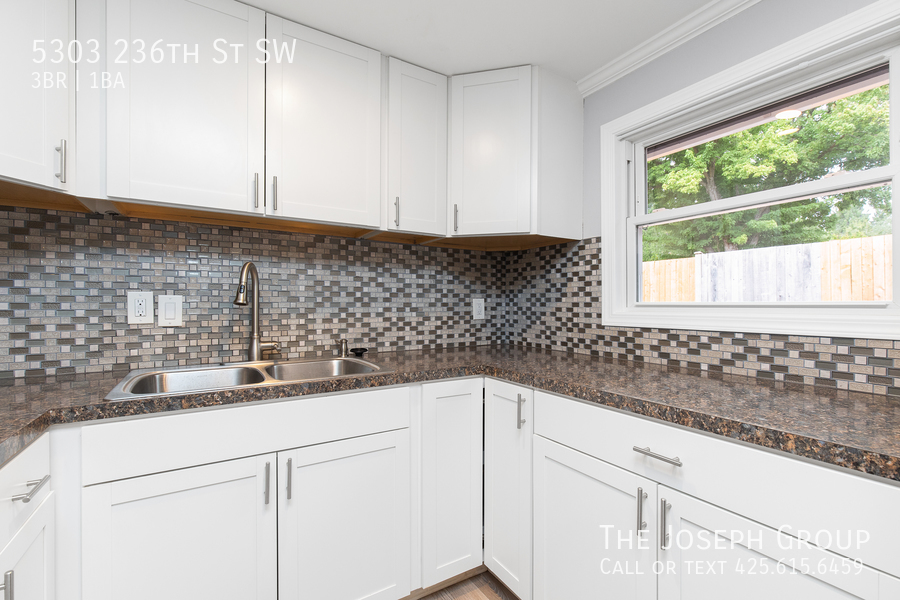 Beautifully updated 3bed/1ba in Mountlake Terrace! This sun-filled hom - Photo 11