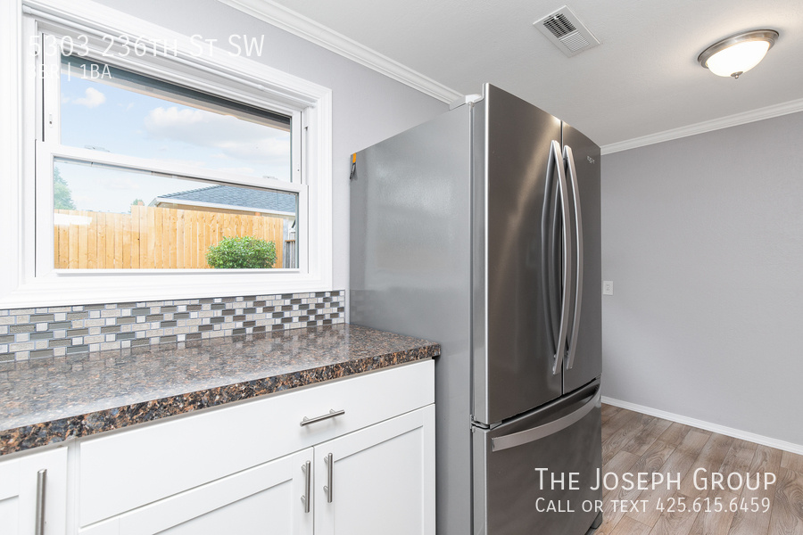 Beautifully updated 3bed/1ba in Mountlake Terrace! This sun-filled hom - Photo 12