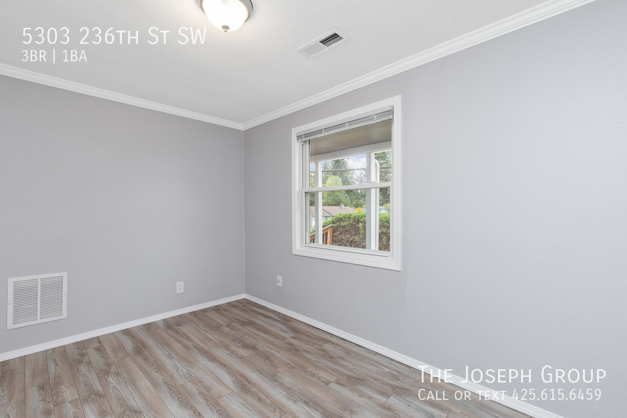 Beautifully updated 3bed/1ba in Mountlake Terrace! This sun-filled hom - Photo 17