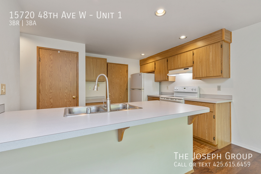 Open and bright 3 bed/2.5 bath in Edmonds! - Photo 9