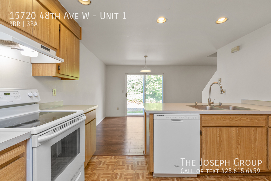 Open and bright 3 bed/2.5 bath in Edmonds! - Photo 11