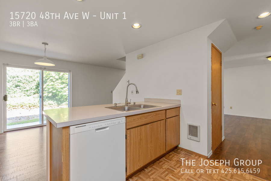 Open and bright 3 bed/2.5 bath in Edmonds! - Photo 12