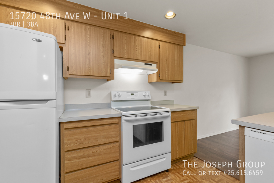 Open and bright 3 bed/2.5 bath in Edmonds! - Photo 13