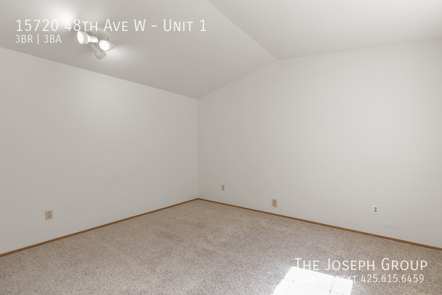 Open and bright 3 bed/2.5 bath in Edmonds! - Photo 21
