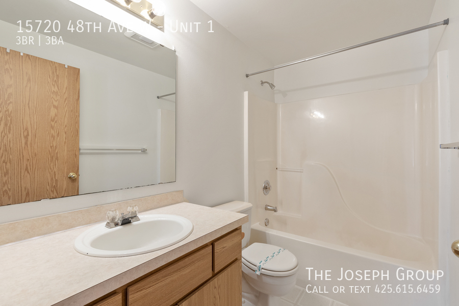 Open and bright 3 bed/2.5 bath in Edmonds! - Photo 30