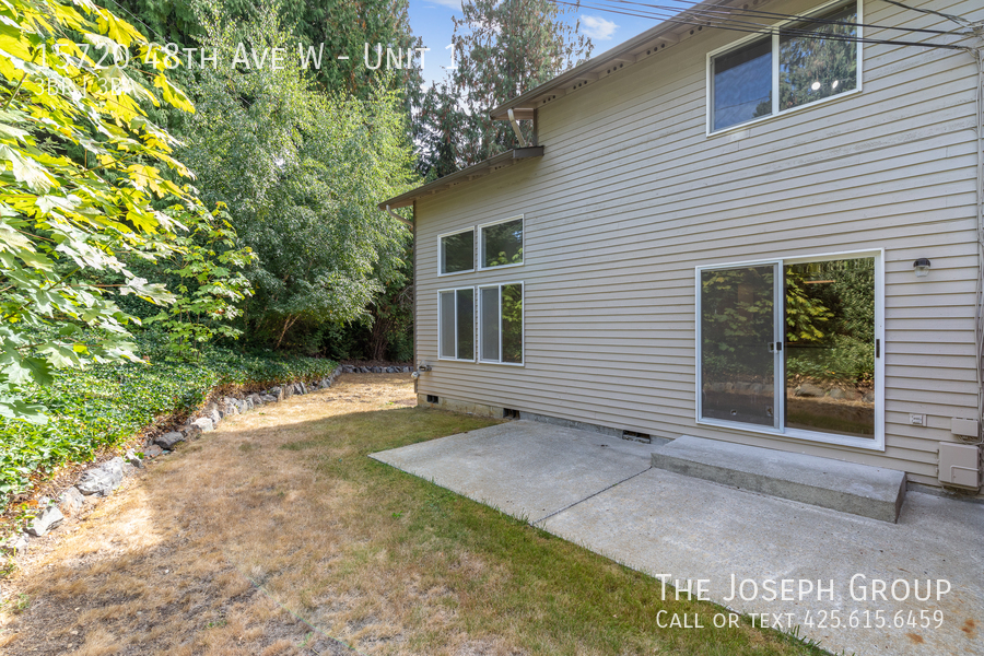 Open and bright 3 bed/2.5 bath in Edmonds! - Photo 36