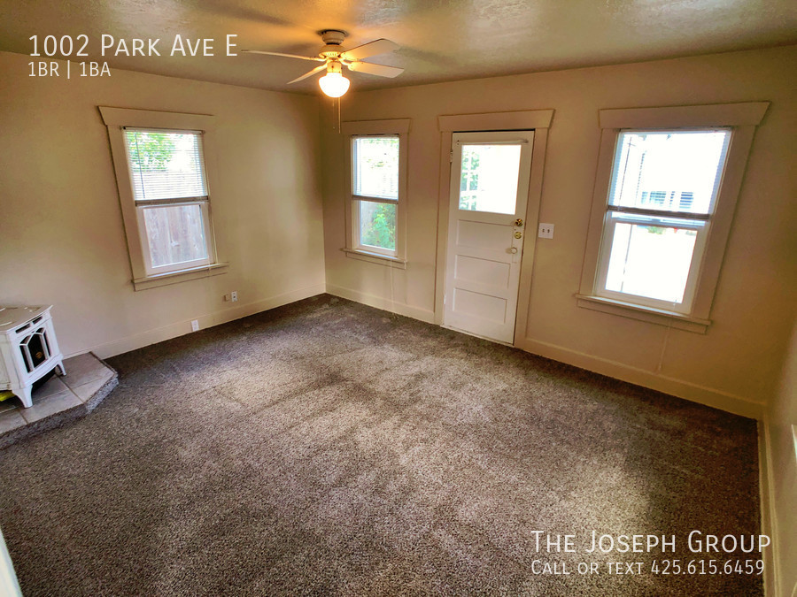 A sunlit mud room welcomes you - Photo 8