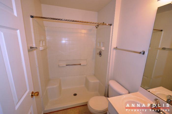 2011-gov-thomas-baden-way-301-id230-main-bathroom