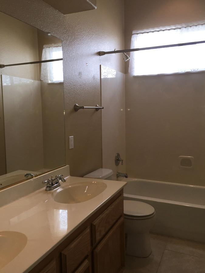 8._hall_bathroom