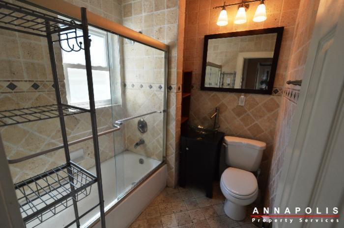 1009-tyler-ave-id752-bathroom-1b