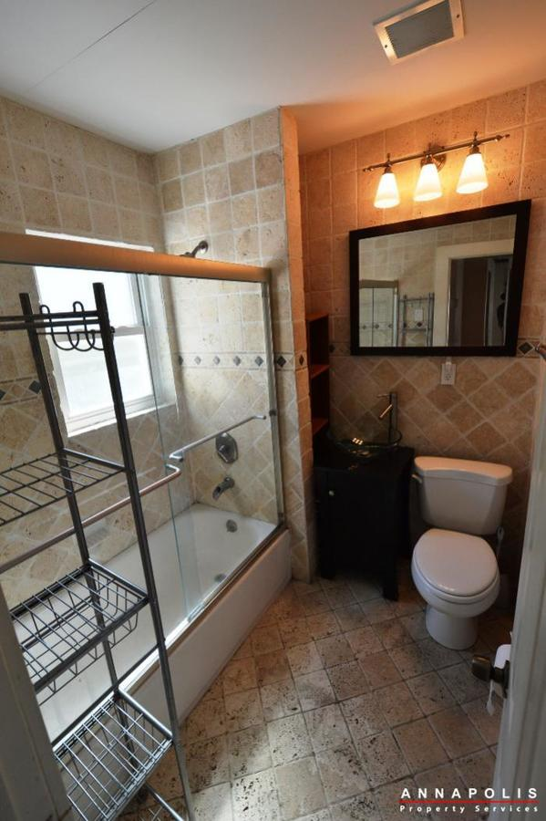 1009-tyler-ave-id752-bathroom-1a