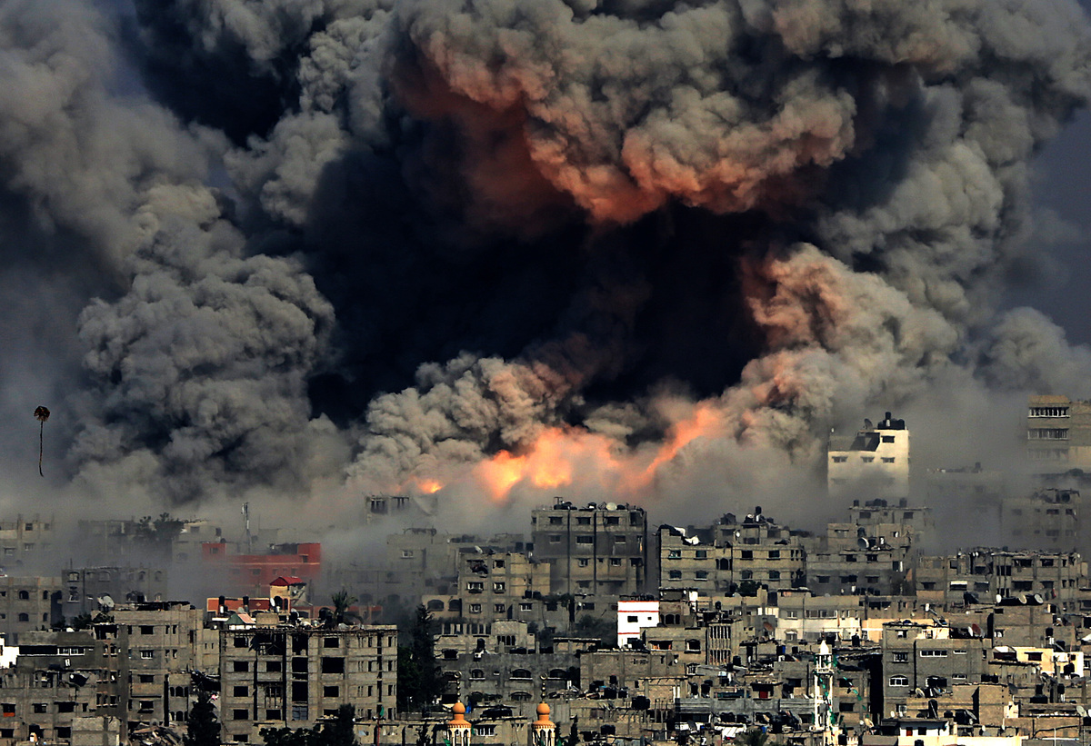 Smoke rises from Tuffah neighbourhood after Israeli air strikes in the east of Gaza City on July 29, 2014 (Mohammed SaberEPA)