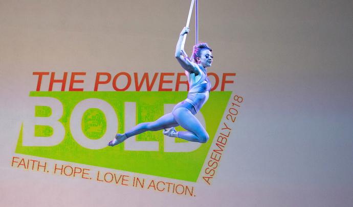 공중 댄서 엘리자베스 프레일리(예술가 집단 퀴시 틱)가 행사 폐회식 기간 동안 총회 로고를 지나며 활공하고 있다. Mike DuBose, UMNS의 사진.