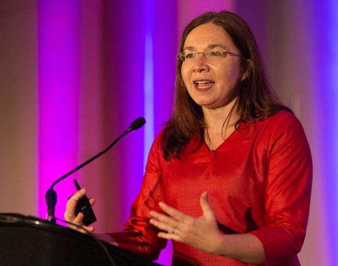 총회에서 지구대기 과학자 캐서린 헤이호가 지구의 기후 변화에 대해 설명중이다. Photo by Paul Jeffrey for United Methodist Women.