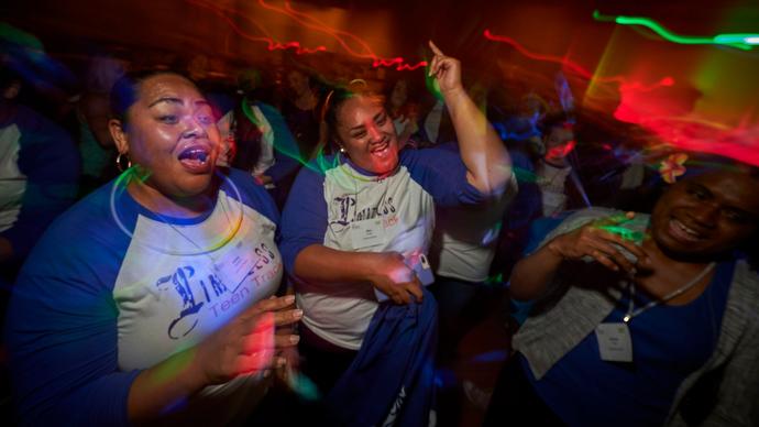 """여선교회 회원들이 연합감리교회 여선교회의 젊은 여성그룹인 리미트레스 틴즈의 셔츠를 입고 춤을 추며 """"용기의 힘""""이라는 모임의 주제를 기념하고 있다. Photo by Paul Jeffrey for United Methodist Women."""