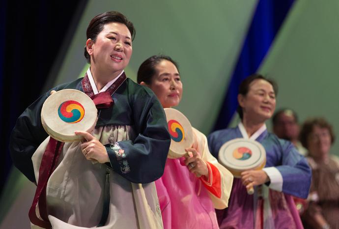 한인여선교회 회원들이 한국 전통춤을 추며 총회의 개회식을 돕고 있다. Photo by Mike DuBose, UMNS.
