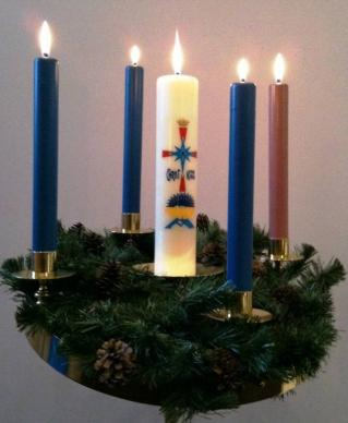 Some Advent wreaths have a Christ candle in the center in addition to the four candles around the circle. Photo by Kittelendan, courtesy Wikimedia Commons.