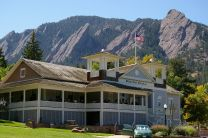 The dining hall in Chautaqua Park in Boulder, Colorado, with the Flatirons rock formations behind it. Photo by Hustvedt, Wikimedia Commons. Taken 2008.