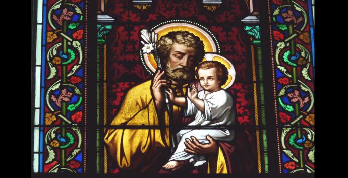 Detail of stained glass window of St. Joseph and Jesus from Church Sainte Marguerite in Le Vesinet in the Departement Yvelines, Ile-de-France. Photo by Reinhardhauke, Wikimedia Commons.