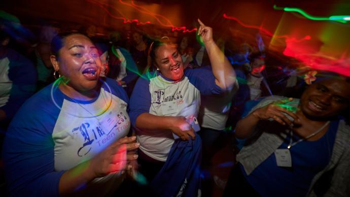 여선교회 회원들이 연합감리교회 여선교회의 젊은 여성그룹인 리미트레스 틴즈의 셔츠를 입고 춤을 추며