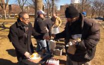 AfterHours Denver 사역의 일환으로 Jerry Herships (사진 좌측) 목사가 굶주린 노숙자들에게 샌드위치를 나누어 주고 있다.