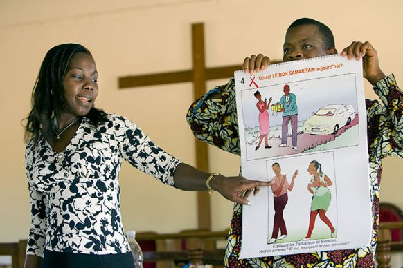 An educator from the Alliance Biblique de Côte d'Ivoire conducts a public health lesson on AIDS in the sanctuary at Jerusalem Parish United Methodist Church in Yamoussoukro, Côte d'Ivoire in November 2008. File photo by Mike DuBose, UMNS.