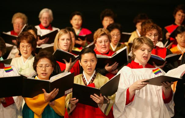Members of the Mass Choir sing during the opening worship of the United Methodist Church's 2004 General Conference in Pittsburgh. The church's top legislative assembly is meeting April 27-May 7. A UMNS photo by Mike DuBose.