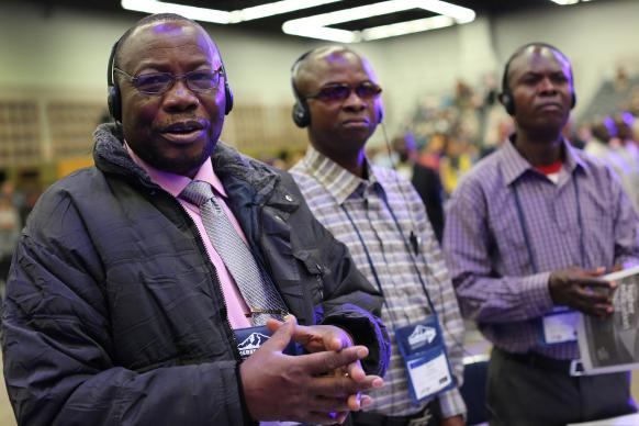 Kwanzia kushoto Vagris Umba, Bertin Kyungu and Adolphe Kitenge, wajumbe wa Nord Katanga, wanasikiricha kwa ibada ya asubuhi katika Mukutano ya 2016 ya Kanisa ya Methodiste mu Portland Convention Center. Photo ya Kathleen Barry, UMNS