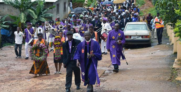 Clergy from the Council of Churches of Sierra Leone lead worshippers to the bottom of Mount Sugar Loaf where hundreds of bodies are still buried under the rubble of a devastating landslide. Photo by Phileas Jusu, United Methodist News Service