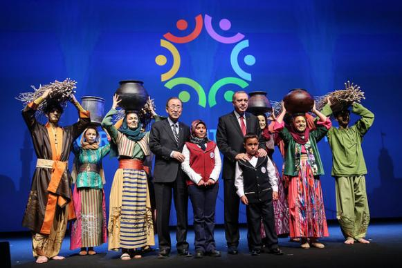 President of Turkey Recep Tayyip Erdogan and Secretary-General Ban Ki-moon pose with children during the May 24 closing ceremony of the World Humanitarian Summit.