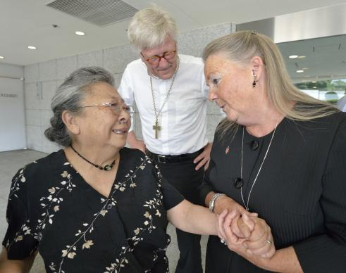 Koko Kondo (left), a survivor of the 1945 atom bombing of Hiroshima, Japan, talks with Bishop Mary Ann Swenson (right) and Bishop Heinrich Bedford-Strohm (center). Swenson and Bedford-Strohm came to Hiroshima as part of a delegation of church leaders representing the World Council of Churches. Photo by Paul Jeffrey, World Council of Churches