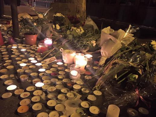 Des bougies et des fleurs ont été placées à l'extérieur du café Le Carillon en hommage aux victimes dans les attentats de Paris du 13 novembre. Au moins 129 personnes ont été tuées dans divers endroits et plus de 350 ont été blessées. Photo par John Seigenthaler, Aljazeera Amérique