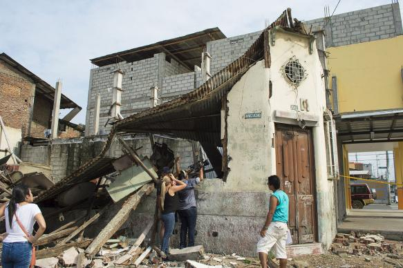 A team from Gama TV documents the effects of the 2016 Ecuador earthquake in the city of Guayaquil. Photo courtesy of Wikimedia Commons