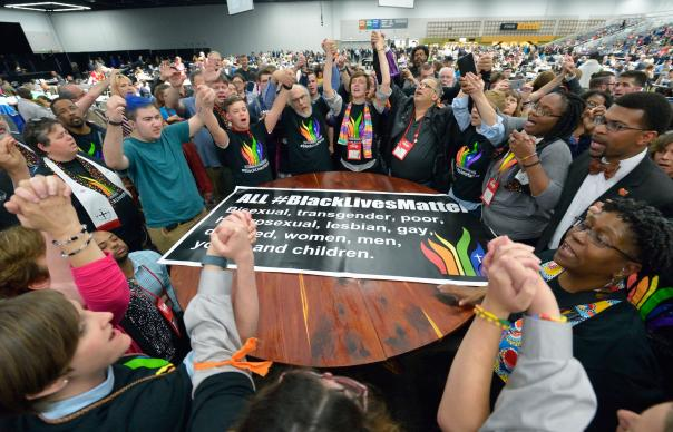 Grupo de Manifestantes concentram-se na sala da plenaria para protestar, no dia 16 de Maio. Foto de Paul Jeffrey, UMNS.