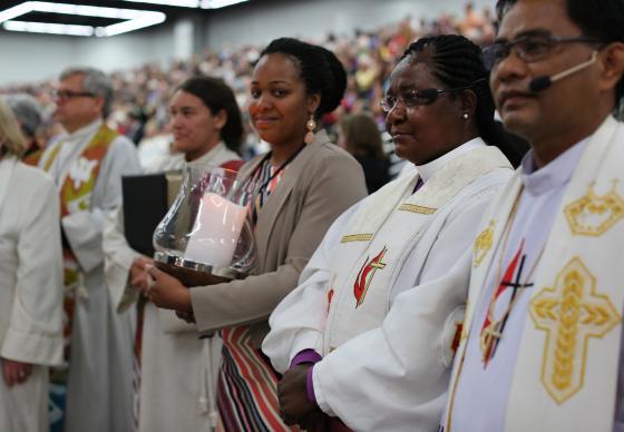 Bispo Joaquina Nhanala, do Moçambique juntamente com outros celebrantes no culto de abertura da Conferência Geral 2016, na cidade de Portland, Oregon. Foto de Kathleen Barry.