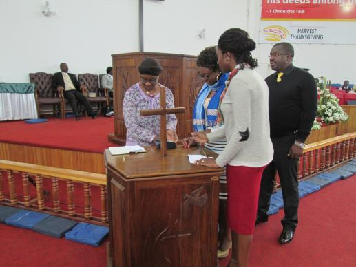 Church members line up to make contributions using point-of-sale machines at Chisipiti United Methodist Church in Harare, Zimbabwe. A UMNS photo by Kudzai Chingwe.