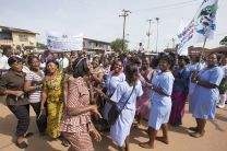 Women  in the streets celebrate the delivery of 350 thousand mosquito nets tin Sierra Leone.