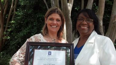 Tajuan McCarty, izquierda, recibió el Premio 2015 Dra. Louise Branscomb Barrier Breaker. McCarty es miembro de Christ United Methodist Church en el condado de Shelby. Eula Thompson, a la derecha, presidenta de la Comisión sobre la condición y el rol de la mujer de la conferencia, fue quien le otorgó el premio
