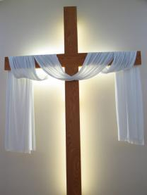 Cross draped with white cloth for Easter. Photo by creativex / iStockphoto.com.
