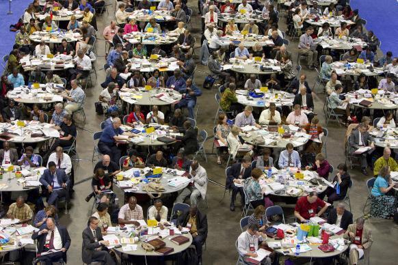 Une photo de Mike DuBose (UMNS) Des délégués analysant la législation lors de la Conférence Générale 2012 de l'Eglise Méthodiste Unie à Tampa (Floride, Etats-Unis).