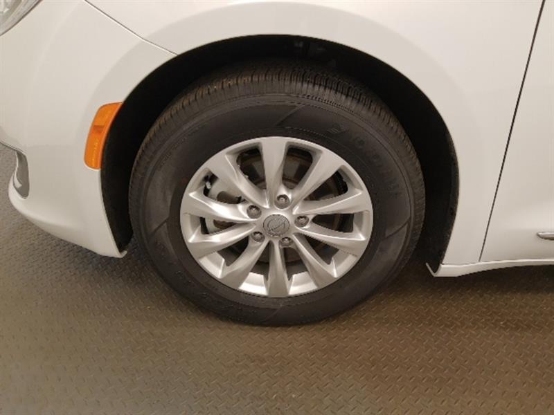 Chrysler Pacifica 9