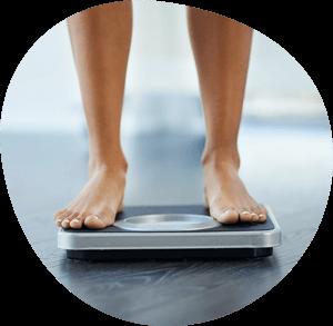 Füße auf Gewichtswaage