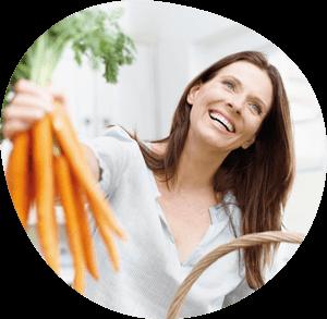 Frau hält Karotten