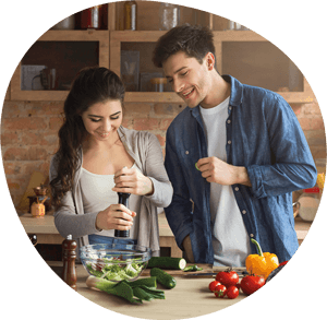 Frau und Mann kochen Gemüse