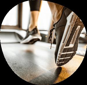 Füße in Sportschuhe auf Laufband