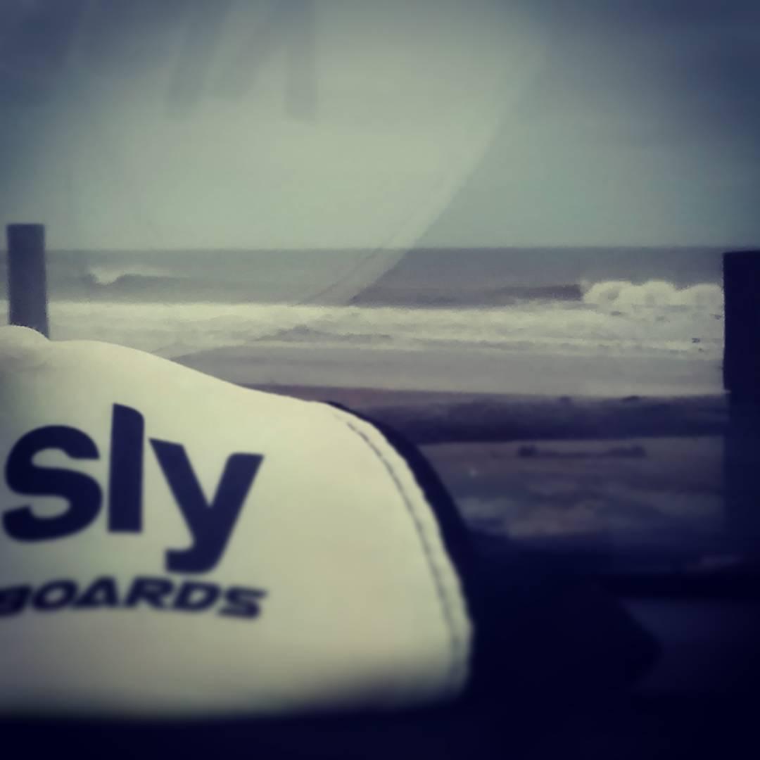 Acá estamos nosotros despuntando el vicio en #mdq #surf #frio #9C #slyskateboards #dominalasolas