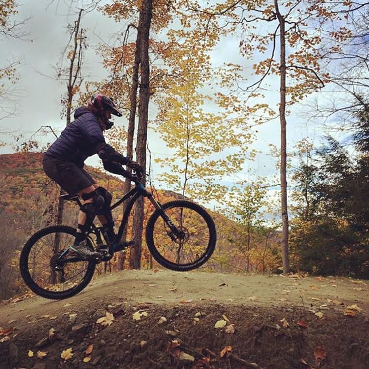 We had a bunch of ladies come out last weekend for the downhill clinic at @thundermountainbikepark. This is @amy_ricci getting her jump on. Thanks @britt_jumps and @tracyremelius for putting it on! #fbf #shejumps #iamsj